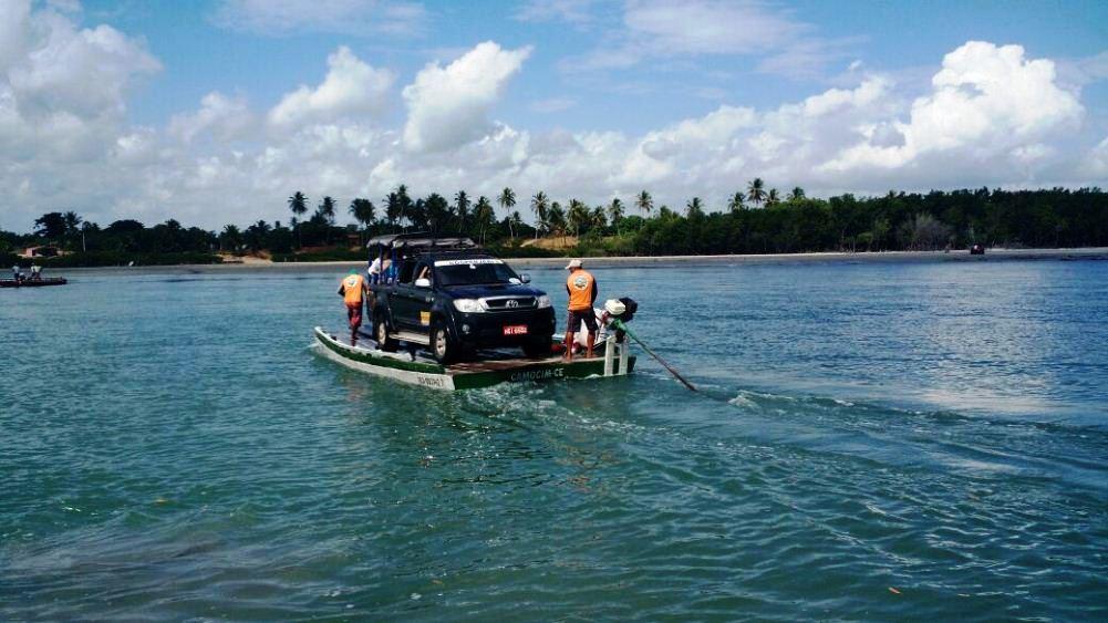 Travessia de balsa pelo braço de mar do Guriu